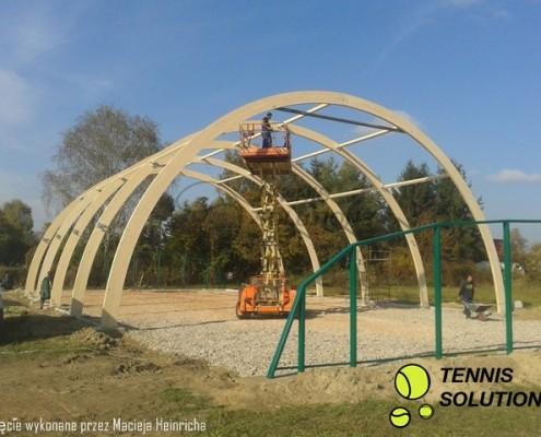 Stawianie drewnianej konstrukcji hali tenisowej