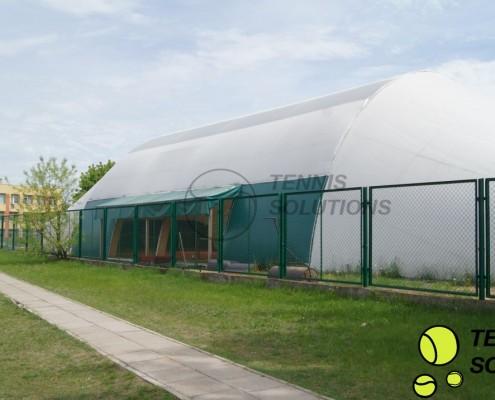Hala tenisowa z otwartymi bokami - widok z zewnątrz
