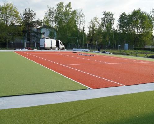 Rozkładanie sztucznej trawy na kort tenisowy