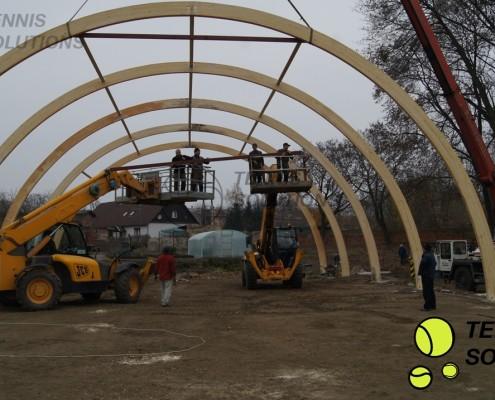Montaż konstrukcji drewnianej hali tenisowej