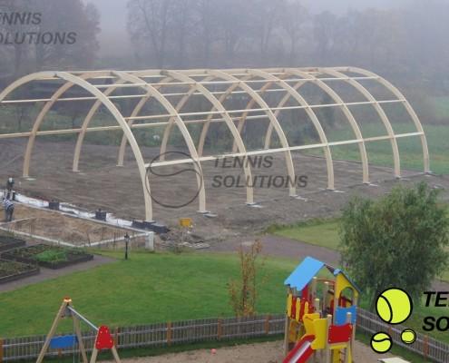 Drewniana konstrukcja hali tenisowej w Pszczewie