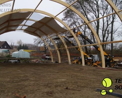 Naciąganie powłoki hali tenisowej w Pszczewie