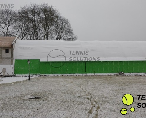 Budowa hali tenisowej w zimowej aurze