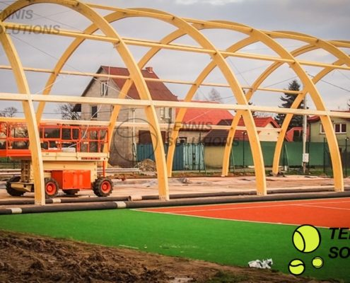 Stawianie drewnianej konstruckji hali tenisowej